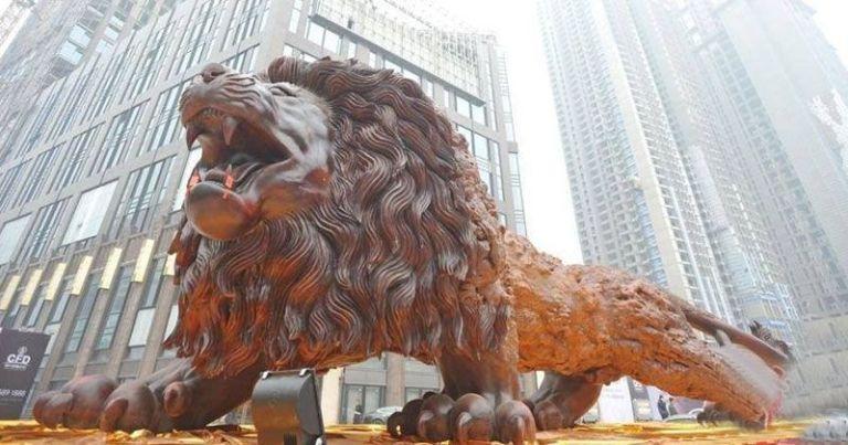 lion-single redwood-tree-trunk